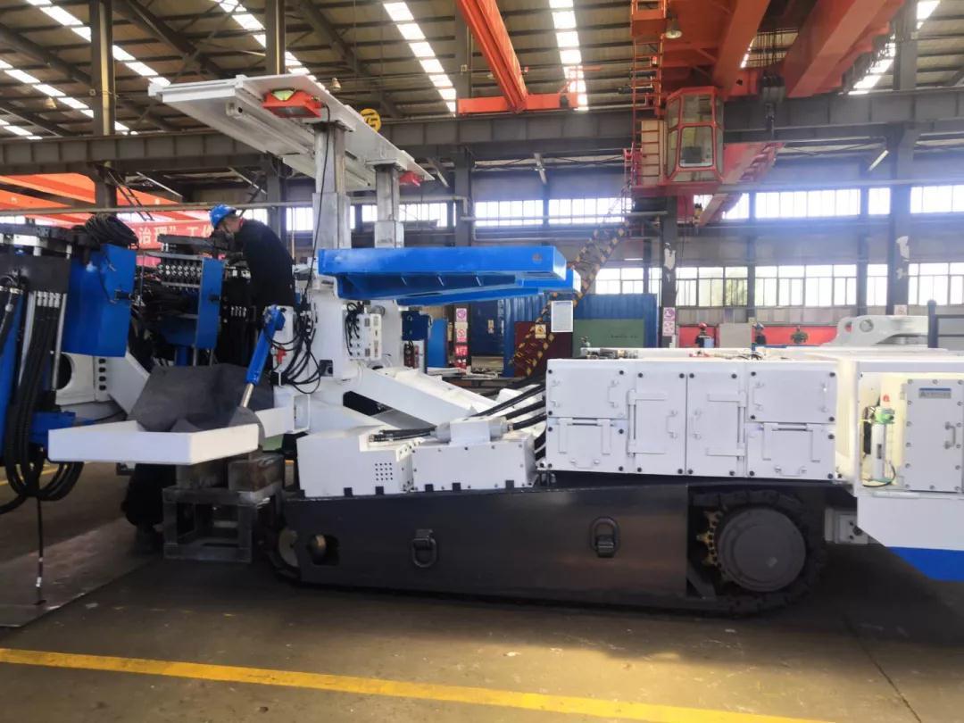 """许多个第一次,成就""""万能""""的奇迹——记内蒙古分公司顺利完成新国产锚杆机组装"""