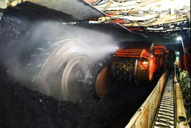 山东港口威海港容量8万吨的煤炭仓储中心封顶